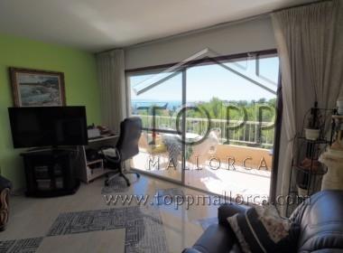 San Agustín. Amplio piso con vistas parciales al mar en edificio con piscina. 3 dormitorios, 2 baños. Muchas posibilidades. Ideal familias.