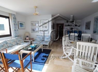 Cas Catala. Primera linea de mar. Amplia vivienda con muchas posibilidades. 2 garajes. Acceso directo al mar.